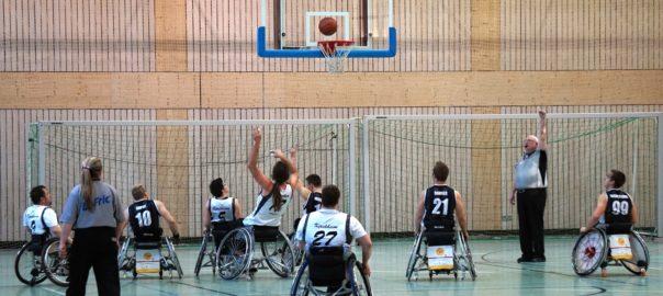 WUEMI101: Rollstuhlbasketballer und Fußgänger